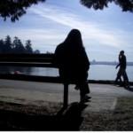 femme seule banc lac 150x150 Retraite au soleil au féminin 2/3